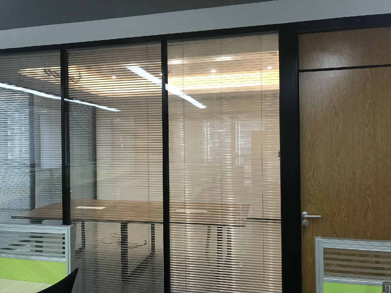 廣州達邁通信科技限公司辦公室雙玻百葉隔斷案例